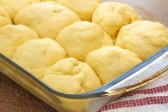 A massa que aumenta para ser cozido no jantar delicioso rola foto de stock