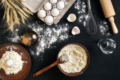 Massa que cozinha ingredientes na mesa de cozinha preta Vista superior com espaço para seu texto Imagens de Stock Royalty Free