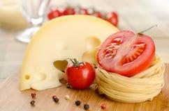 Massa, queijo e vegetais Fotografia de Stock Royalty Free