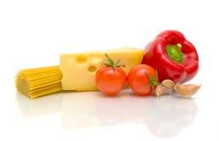 Massa, queijo e vegetais no fundo branco Fotografia de Stock
