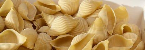 Massa sob a forma do close-up dos escudos Fundo culinário foto de stock