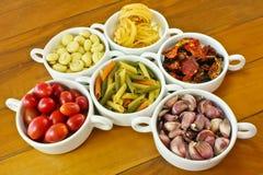 Massa, tomate fresco e seco, cogumelo e alho Imagens de Stock Royalty Free