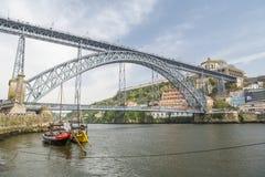 Massa van toeristen die dichtbij Dom Luis I brug in Porto lopen royalty-vrije stock foto's