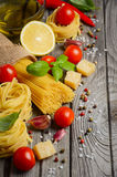 Massa, vegetais, ervas e especiarias para o alimento italiano fotografia de stock