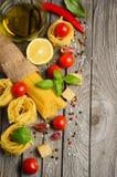 Massa, vegetais, ervas e especiarias para o alimento italiano imagens de stock royalty free