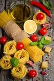 Massa, vegetais, ervas e especiarias para o alimento italiano fotografia de stock royalty free