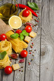 Massa, vegetais, ervas e especiarias para o alimento italiano foto de stock
