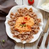 Massa Wholegrain com queijo do stracchino e os tomates frescos imagens de stock