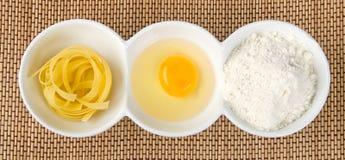 Massa, yolk de ovo e farinha fotografia de stock royalty free