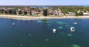 Massacra a baía que mostra o plâncton vegetal com os barcos amarrados em Rockingham WA Austrália vídeos de arquivo