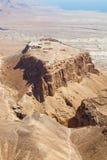 Massada UNESCOvärldsarv nära det döda havet i Israel som ses från ovannämnt i ett flyg- horisontfoto Arkivfoton