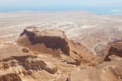 Massada UNESCOvärldsarv nära det döda havet i Israel som ses från ovannämnt i ett flyg- horisontfoto Arkivfoto