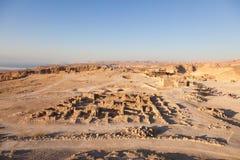 Massada UNESCOvärldsarv nära det döda havet i Israel som ses från ovannämnt i ett flyg- horisontfoto Arkivbild