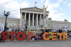 Massademonstratie tegen CETA en TTIP in Wenen Stock Foto's