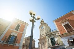 Massafra, Apulien - die Sonne, welche die historische Kirche von M belichtet stockbild