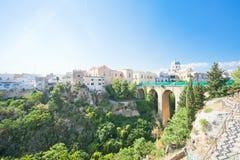 Massafra, Apulien - die Viaduktstraße, die zu die alte Stadt von M führt lizenzfreies stockfoto