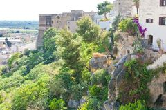 Massafra, Apulien - mittlere gealterte Treppenhäuser, die hinunter die Hügel führen lizenzfreie stockfotos