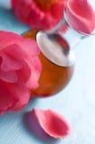 Massageöl und -rosen Stockfoto