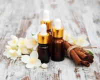 Massageöle und Jasminblumen Lizenzfreie Stockfotografie