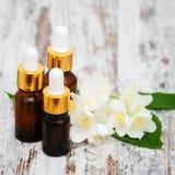 Massageöle und Jasminblumen Lizenzfreie Stockbilder