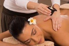 Massage arrière à la station thermale avec Images libres de droits