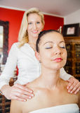 Massage auf der Schulter Stockfotografie