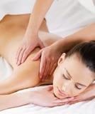 Massage auf Schulter für Frau Stockbild