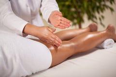 Massage av benet Arkivfoto