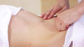 Massage av buken till flickan arkivfilmer