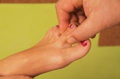 Massage av den kvinnliga foten Royaltyfria Foton