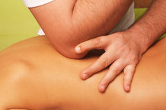 Massage av den kvinnliga kroppen royaltyfri bild