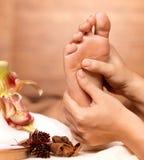 Massage av den mänskliga foten i brunnsortsalong Arkivbild