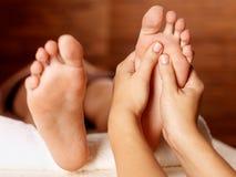 Massage av den mänskliga foten i brunnsortsalong Royaltyfri Fotografi