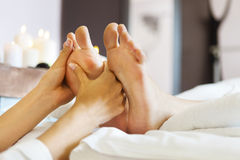 Massage av den mänskliga foten i brunnsortsalong royaltyfri foto