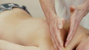 Massage av en kvinna arkivfilmer