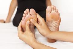 Massage av en womanâsfot royaltyfri foto