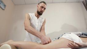 Massage av kvinnas ben stock video