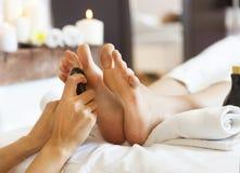 Massage av mänsklig fot i brunnsortsalong Royaltyfri Foto