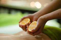 Massage avec des oranges Photo libre de droits