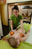 Massage avec des oranges Photos stock