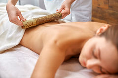 Massage avec les bâtons en bambou Photo libre de droits