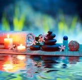 Massage avec les bougies et le tiare photographie stock libre de droits