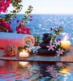 Massage avec les bougies et le tiare et la bouganvillée image libre de droits