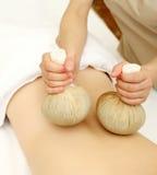 Massage avec les boules de fines herbes Images libres de droits
