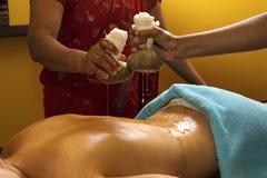 Massage ayurvedic indien traditionnel de pétrole Images stock