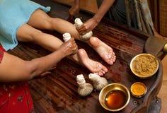 Massage ayurvedic indien traditionnel de pied de pétrole Photographie stock