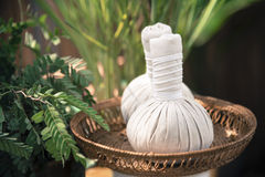 Massage chaud de compresse de boule de fines herbes thaïlandaise Photo stock