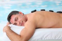 Massage chaud de pierres images libres de droits