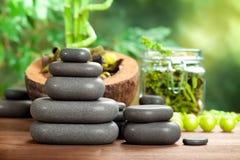 Massage chaud - pierres de station thermale Photos libres de droits