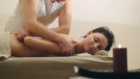 Massage classique dans le salon de station thermale - relaxation pour le jeune modèle attrayant images stock